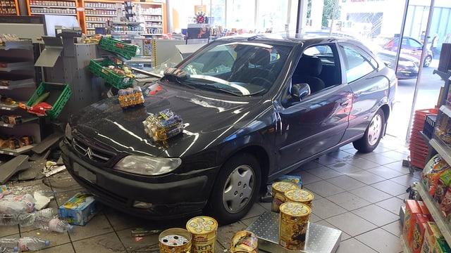 Auto steht in Tankstellenshop