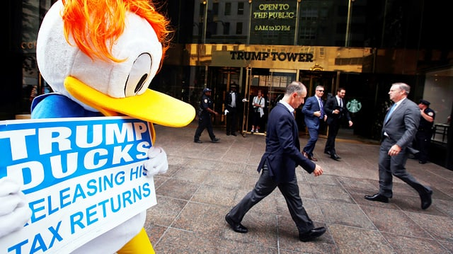 Als Donald Duck verkleideter Demonstrant