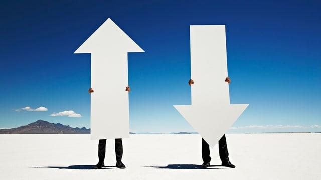 Zwei Menschen tragen  jeweils einen Pfeil. Einer schaut nach oben, der andere nach unten.