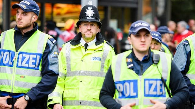 Polizisten mit Uniform in Einsatz