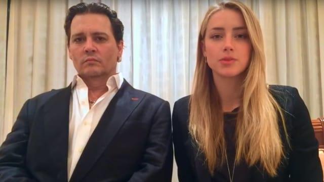 Johnny Depp und Amber Heard sitzen nebeneinander.