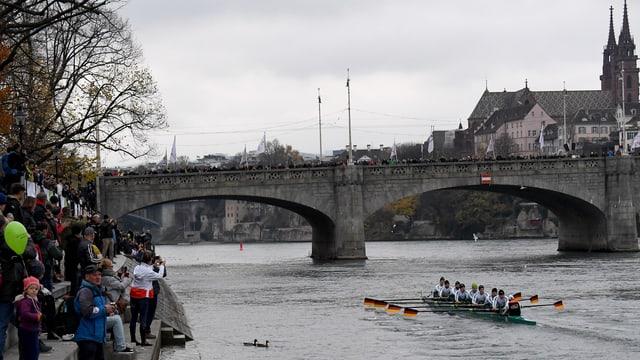 Der Deutschland-Achter kurz vor der Mittleren Brücke.
