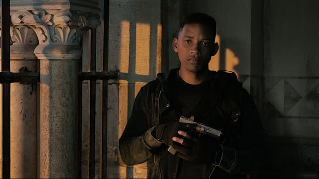 Junior steht mit einer Waffe rum.