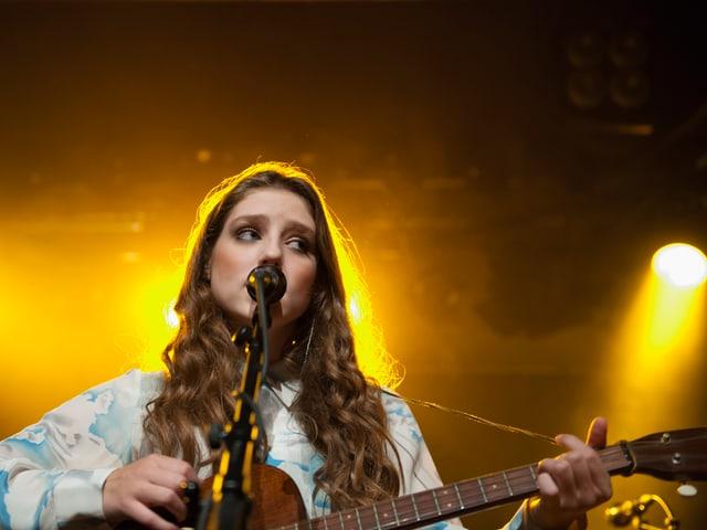 In ihren ersten Hits spielte die 17--Jährige auf dem Klavier, für ihr zweites Album greift sie nun auch in die Saiten.