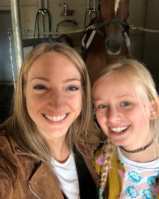 Selfie von Anna und Oona im Pferdestall.