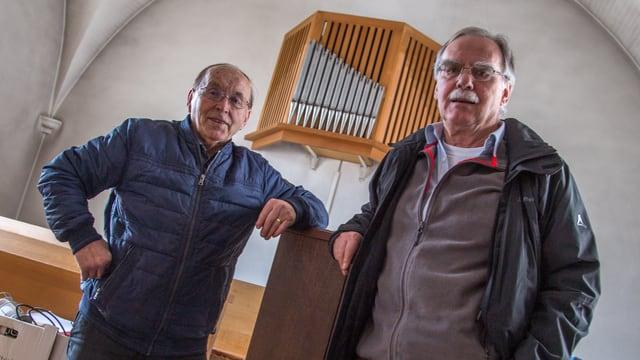Gion Cadruvi e Walter Bär avant l'orgla veglia.