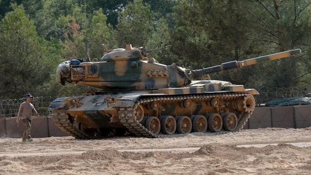 Ein Panzer steht auf einem Feld.