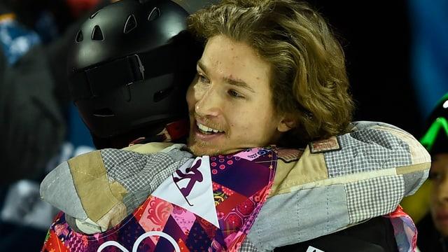 Der geschlagene Shaun White gratuliert Olympiasieger Iouri Podladtchikov.