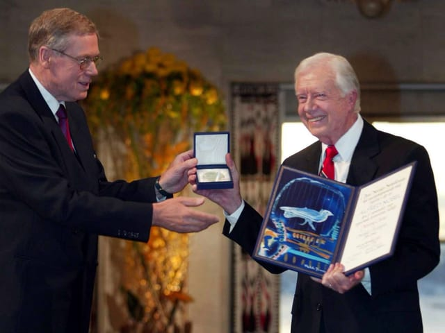 Jimmy Carter bekommt den Friendensnobelpreis.