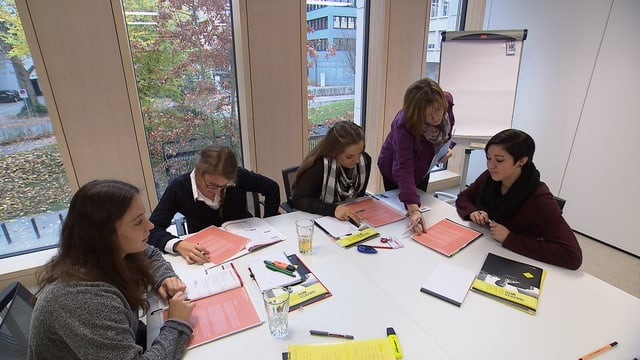 Kleine Runde von Schülern beim Lernen
