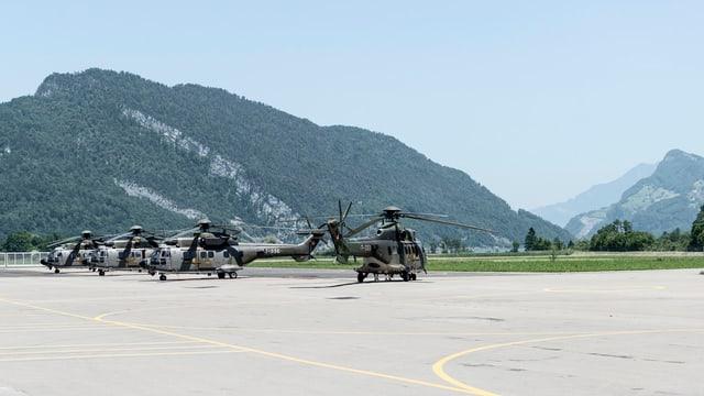 Helikopter auf einem Flugplatz.