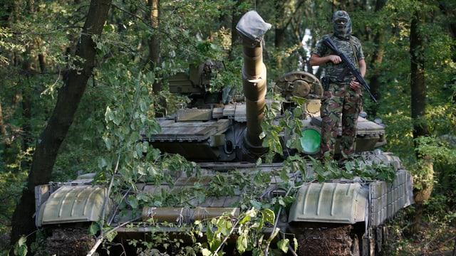 Prorussischer Separatist auf einem Panzer