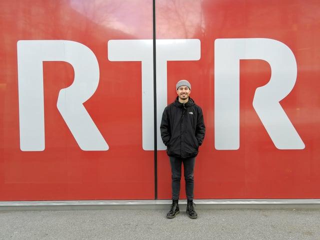 Gino Carigiet avant il logo dad RTR