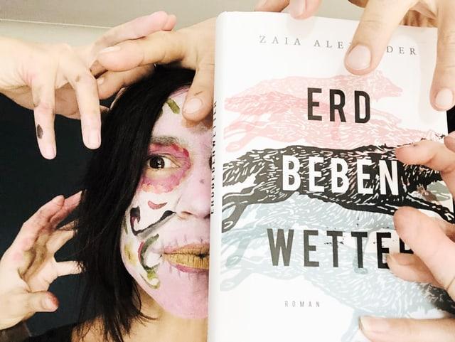 Annette König ist unheimlich geschmickt und hält den Roman «Erdbebenwetter» in der Hand
