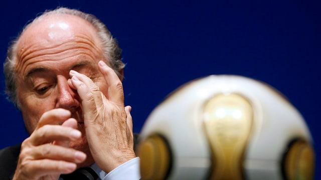 Joseph Blatter vi da smaccar cun ses maun l'egl.