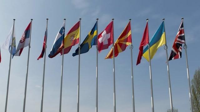 Bandieras da divers pajais sgulatschan en il vent.