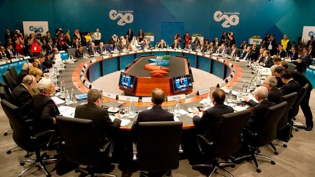 Menschen an ovalem Tisch