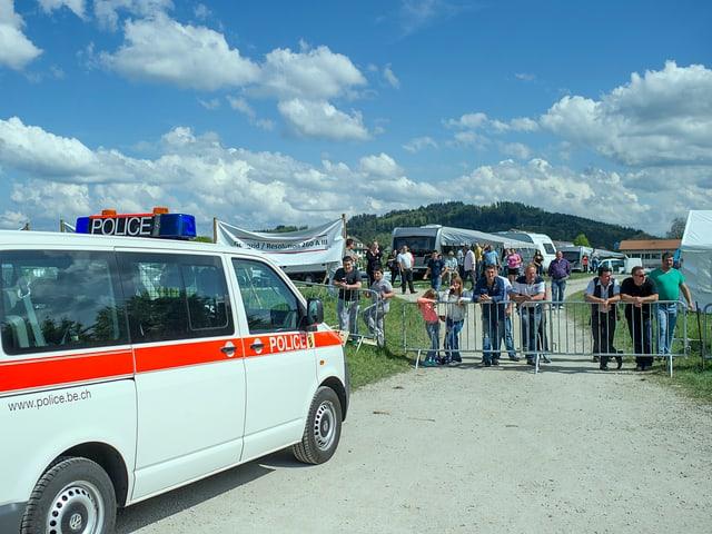 Polizeiwagen vor dem Protestcamp auf der Kleinen Allmend