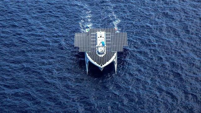 Ein Ufo-artiger Katamaran mit Solarpanels auf seiner Oberfläche.