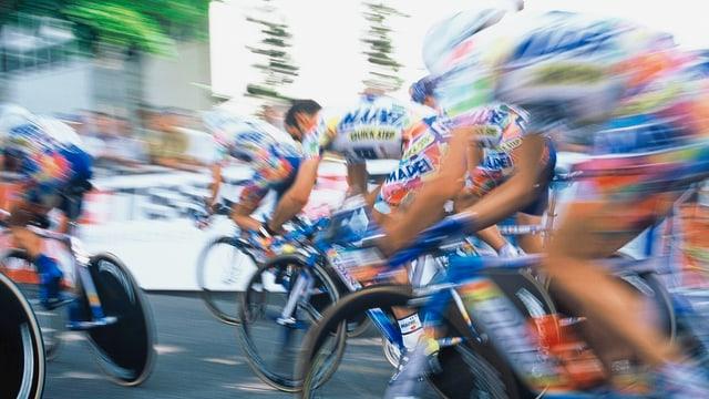 Rennfahrer in Geschwindigkeitsunschärfe bei der Tour de Suisse