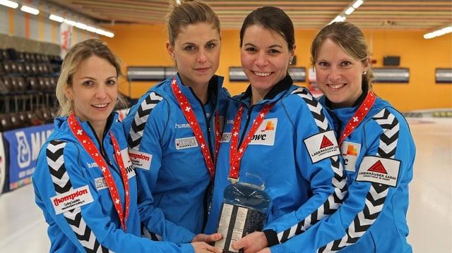 Die Aarauer Curlerinnen sind Schweizermeister: Skip Silvana Tirinzoni, Marlene Albrecht, Esther Neuenschwander und Sandra Gantenbein (v.l.n.r.).