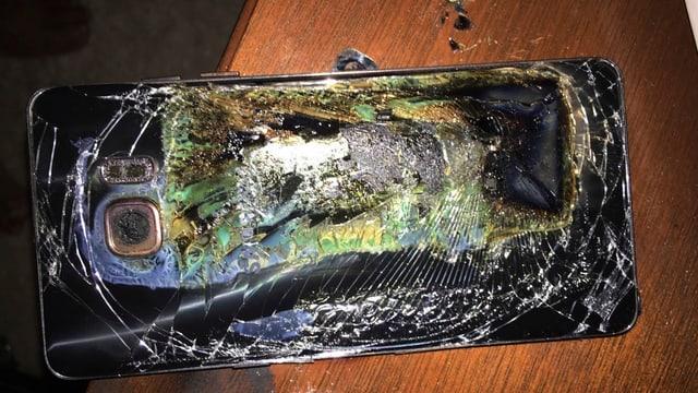 Das Bild eines kaputten Samsung-Galaxy-Smartphones, das Feuer gefangen hat.