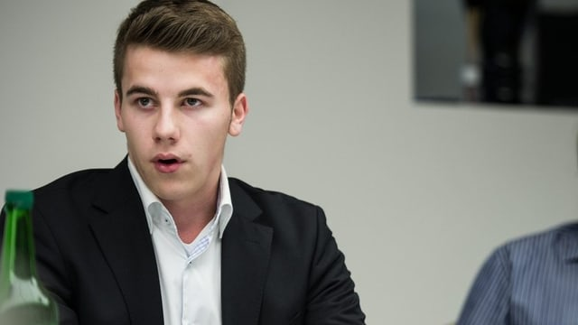 Andi Silberschmidt spricht an der Medienkonferenz der Gegner der BVK-Vorlage