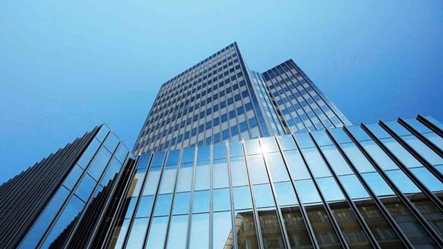 Gläsernes Rathaus vor blauem Himmel