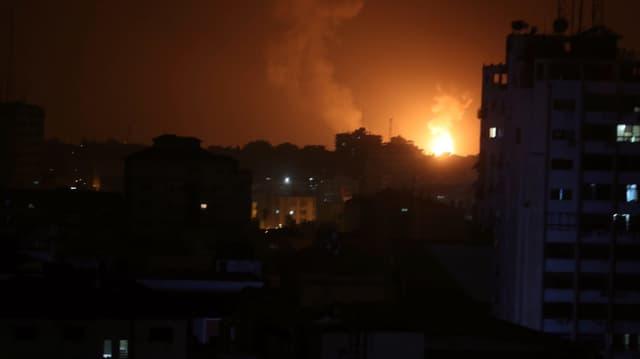 Feuer am Nachthimmel über Gaza-Stadt