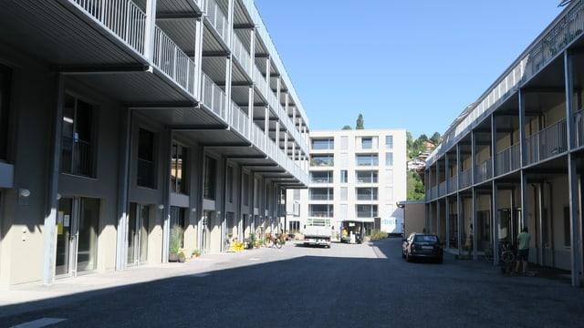 Eine moderne Wohnsiedlung mit Balkonen.