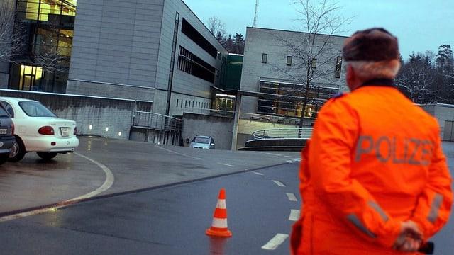 Ein Polizist steht vor dem Gebäude der mobilen Einsatzpolizei.
