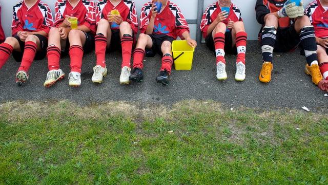 Fussball-Junioren bei der Pause