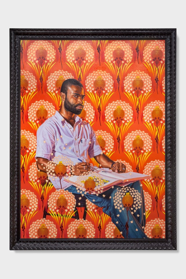 Porträt eines Mannes, der ein Buch auf dem Schoss hat.