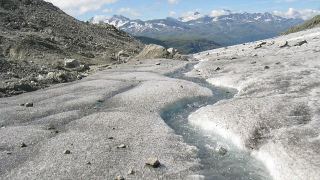 Auf dem Gletscher bildete sich ein kleiner Bach.
