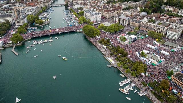 Luftaufnahme der Street Parade.