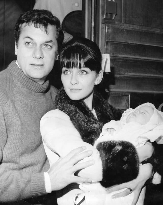 Tony Curtis und Christine Kaufmann mit Baby.