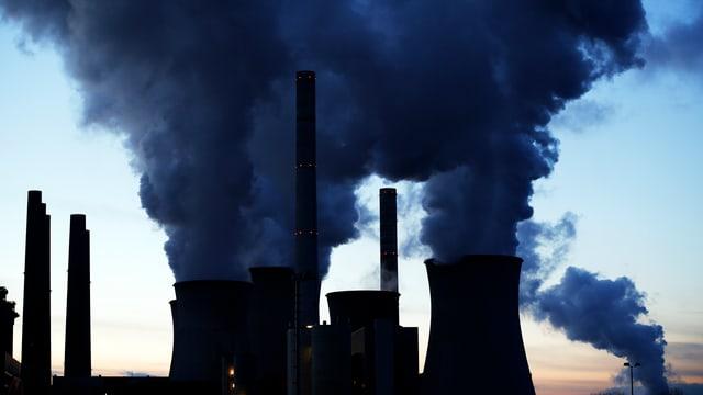 Kohlekraftwerk in Deutschland. Aus grossen Schornsteigen steigt Rauch auf.