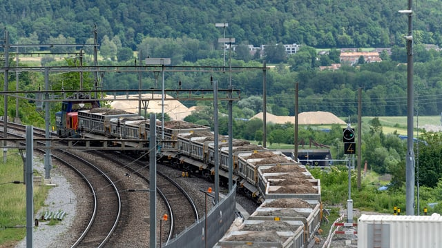 Zug voll beladen mit Geröll fährt ab