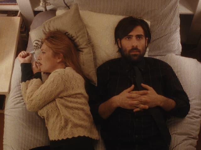 Yvette (Joséphine de La Baume) neben Philip (Jason Schwartzman) im Bett. Sie hat sich abgewendet.