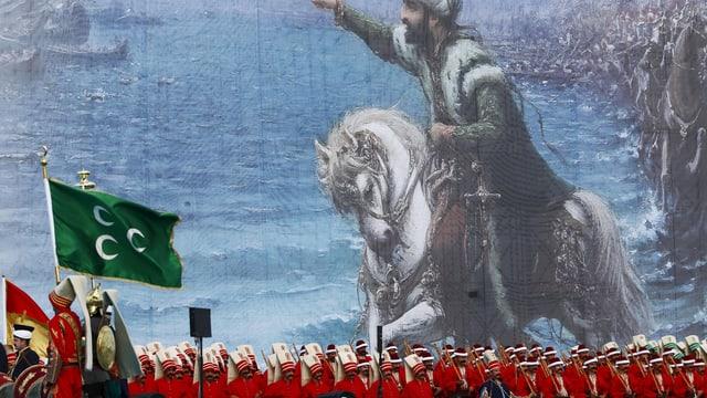 Soldaten stehen vor einem Gemälde von Sultan Mehmet II