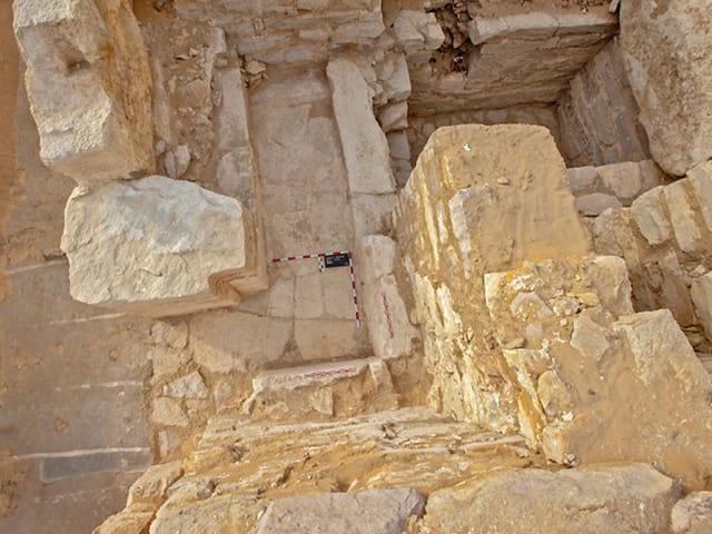 Aufnahme aus der Vogelperspektive auf die Mauern und Felsblöcke der letzten Ruhestätte der bislang unbekannten Königin.