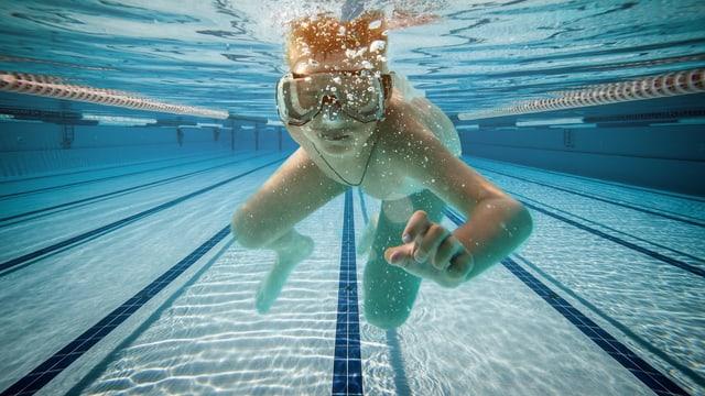 Junge mit Tauchermaske in Schwimmbad