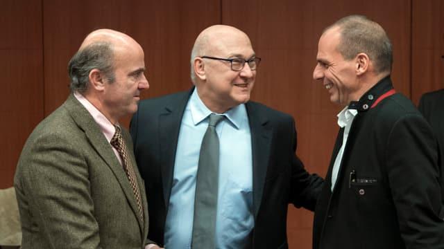 Die Finanzminister der Eurogruppe, Luis de Guindos (SP) und Michel Sapin (FR) mit Yanis Varoufakis erzielen eine Einigung.
