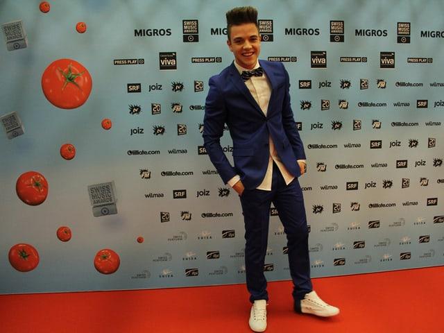 Teenie-Star Luca Hänni mit weissen Turnschuhen.