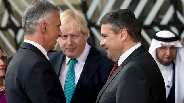 Bundesrat Burkhalter unterhält sich mit Sigmar Gabriel und Boris Johnson.