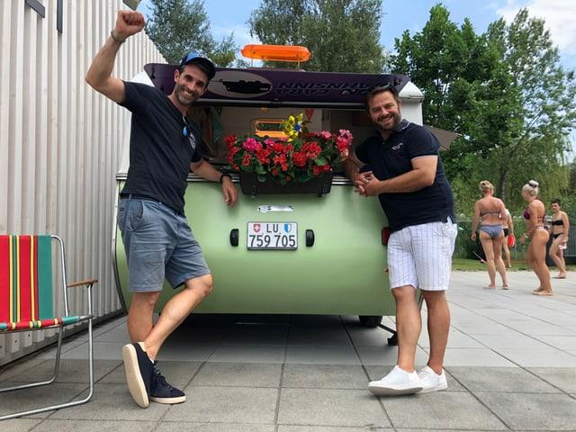 Angekommen im Luzerner Lido: Philippe Gerber und Marco Thomann am Ziel ihrer sechstägigen Reise durch die Schweiz.