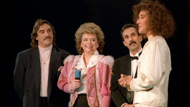 4 Personen auf der Bühne, Céline Dion steht ganz rechts.