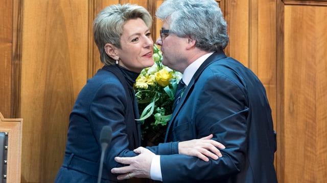 Karin Keller-Sutter erhält Gratulations-Küsschen von Ivo Bischofberger.