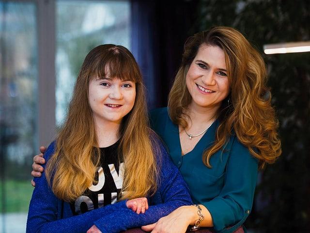 Tanja Reusser posiert mit ihrer Tochter.