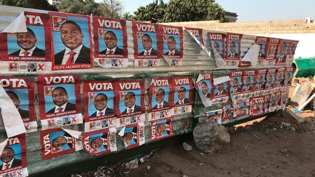 Wand mit Plakaten.